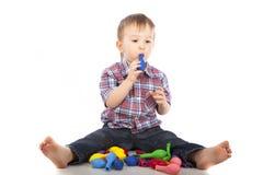 Weinig jongen die met opblaasbare ballen speelt Royalty-vrije Stock Afbeelding