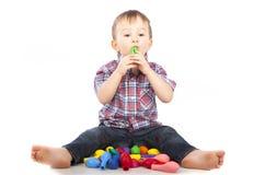Weinig jongen die met opblaasbare ballen speelt Stock Fotografie
