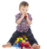 Weinig jongen die met opblaasbare ballen speelt Royalty-vrije Stock Fotografie