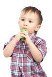 Weinig jongen die met opblaasbare gekleurde ballen speelt Stock Foto's