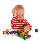 Weinig jongen die met parels speelt Stock Afbeelding