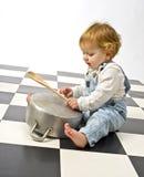 Weinig jongen die met potten speelt Royalty-vrije Stock Afbeeldingen