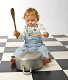 Weinig jongen die met potten speelt Stock Afbeelding