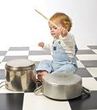 Weinig jongen die met potten speelt Royalty-vrije Stock Fotografie