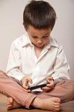 Weinig jongen die met smartphone spelen royalty-vrije stock afbeelding