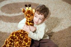 Weinig jongen die met stuk speelgoed speelt. Royalty-vrije Stock Foto