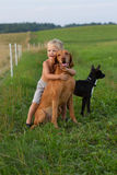 Weinig jongen die met zijn hond spelen stock afbeelding