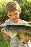 Weinig jongen die met zijn verse vangst pronkt upclose Stock Afbeeldingen