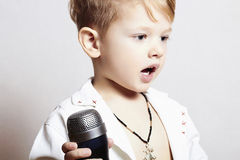 Weinig jongen die in microphone.child in karaoke.music zingen Stock Foto