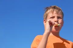 Weinig jongen die multicolored lolly eet royalty-vrije stock foto's