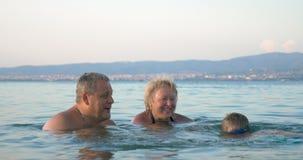 Weinig jongen die naar zijn grootouders zwemmen stock footage