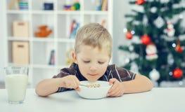 Weinig jongen die ontbijt eet Stock Foto's