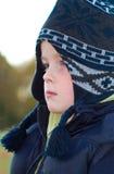 Weinig jongen die op appratus bij het park speelt royalty-vrije stock afbeelding