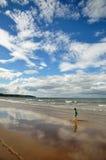 Weinig jongen die op het strand lopen stock fotografie