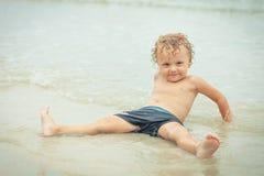 Weinig jongen die op het strand speelt Royalty-vrije Stock Foto