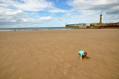Weinig jongen die op het strand speelt stock afbeeldingen