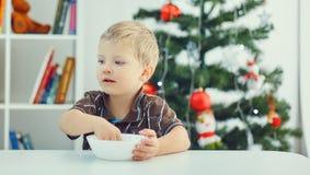 Weinig jongen die op Kerstman wachten Royalty-vrije Stock Fotografie