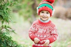 Weinig jongen die op Kerstmis in het hout wachten Stock Foto