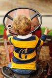 Weinig jongen die op oude tractor spelen Royalty-vrije Stock Afbeeldingen