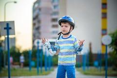 Weinig jongen die op rollen in de zomer in het Park berijden Gelukkige CH royalty-vrije stock afbeelding