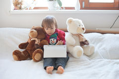 Weinig jongen, die op tablet spelen Stock Foto