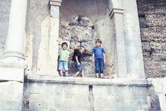 Weinig jongen die oude architectuur, levensstijlmensen op de zomervakantie dicht onderzoeken omhoog stock fotografie