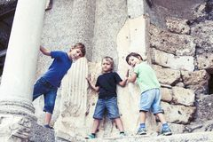 Weinig jongen die oude architectuur, levensstijlmensen op de zomervakantie dicht onderzoeken omhoog royalty-vrije stock afbeeldingen