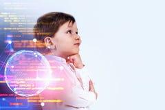 Weinig jongen die over programmering denken stock afbeelding