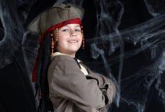 Weinig jongen die piraatkostuum draagt Stock Foto's