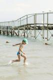Weinig jongen die pret heeft bij strand Stock Foto