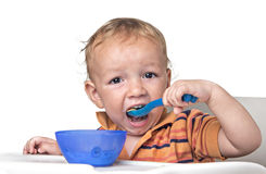Weinig jongen die pret het eten hebben Stock Fotografie
