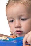 Weinig jongen die pret het eten hebben Stock Afbeelding