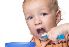Weinig jongen die pret het eten hebben royalty-vrije stock foto's