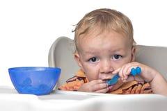 Weinig jongen die pret het eten hebben Stock Foto