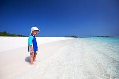 Weinig jongen die pret op het tropische strand hebben Royalty-vrije Stock Fotografie