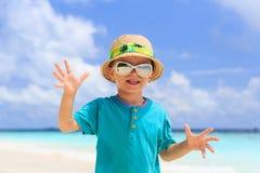 Weinig jongen die pret op strandvakantie hebben Royalty-vrije Stock Foto's