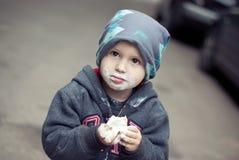 Weinig jongen die roomijs eten Stock Foto's