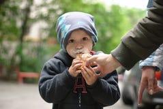 Weinig jongen die roomijs eten Stock Afbeeldingen