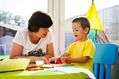 Weinig jongen die samen met grootmoeder schilderen royalty-vrije stock foto's