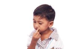Weinig jongen die snackvoedsel eten Stock Foto's