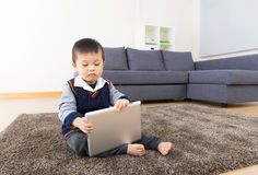 Weinig jongen die tablet gebruiken Royalty-vrije Stock Afbeeldingen