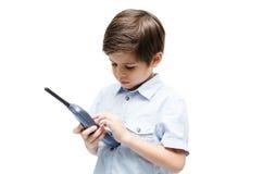 Weinig jongen die telefoongesprek gebruiken stock fotografie