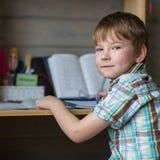 Weinig jongen die thuiswerk doet Onderwijs Stock Afbeelding