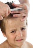 Weinig jongen die tijdens zijn kapsel lijdt Stock Afbeelding