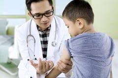 Weinig jongen die vaccininjectie ontvangen royalty-vrije stock foto's