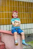 Weinig jongen die van frieten geniet royalty-vrije stock fotografie