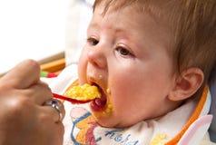 Weinig jongen die voedsel eet Stock Foto