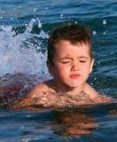 Weinig jongen die voor eerste keer tijdens de Zomervakantie proberen te zwemmen Stock Afbeelding