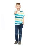 Weinig jongen die in vrijetijdskleding zijn vinger richten Stock Foto