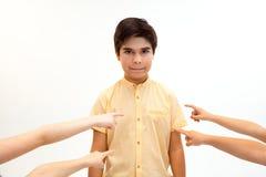 Weinig jongen die zich alleen en aan een handeling van intimidatie bevinden lijden royalty-vrije stock afbeelding